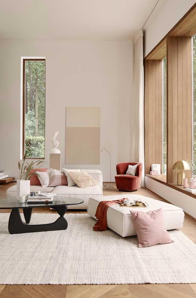 O puff grande e retangular funciona como mesinha e assento; repare que ele casa perfeitamente com o sofá