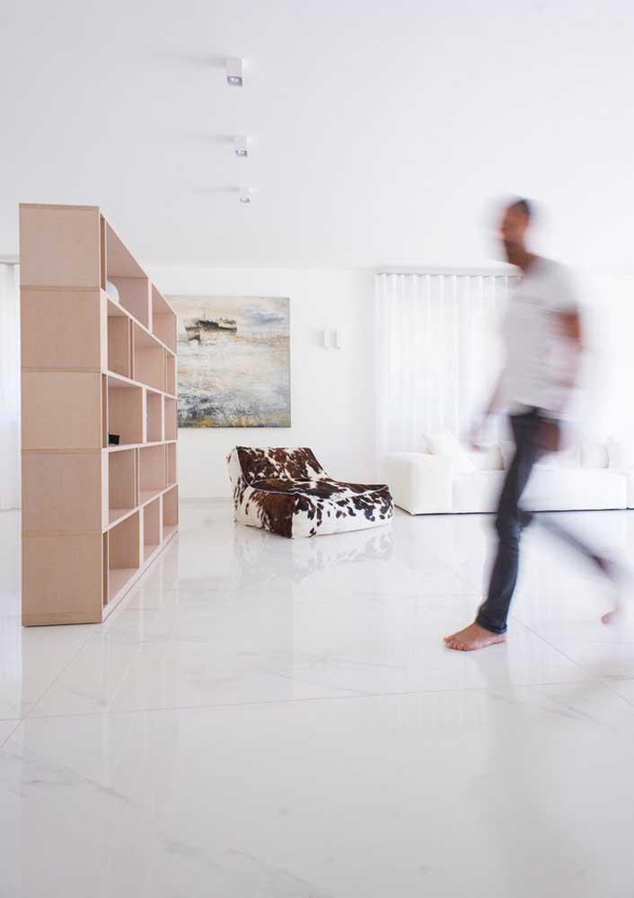 A sala minimalista traz um puff com estampa animal que ajuda a descontrair o ambiente