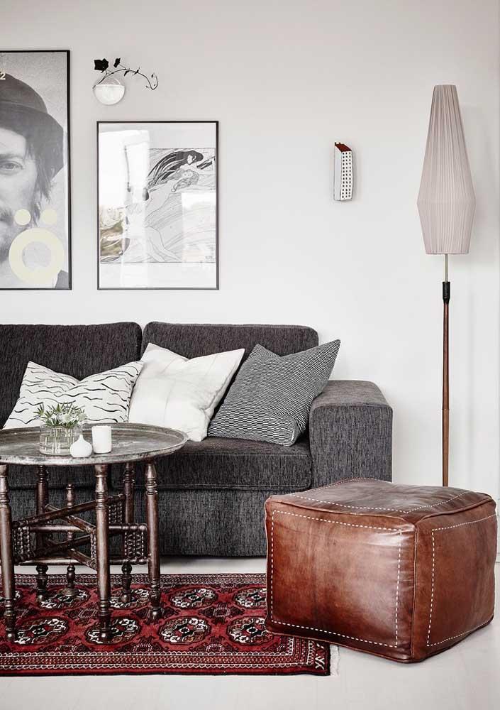 Puff de couro marrom em formato quadrado: um clássico que nunca sai de moda