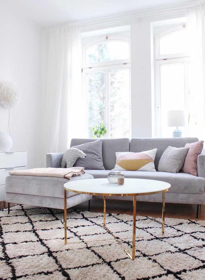 Pode não parecer, mas o puff está ali, junto ao sofá, na verdade ele funciona como uma extensão do móvel