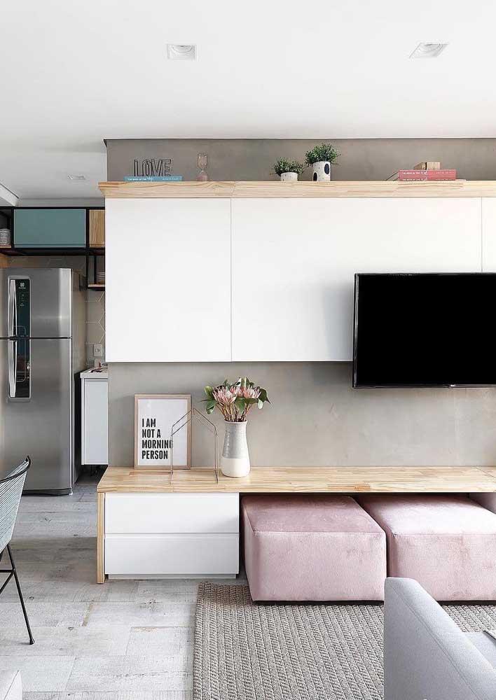 Se a sua sala é pequena tenha um espaço para guardar os puffs, pode ser abaixo do rack, por exemplo