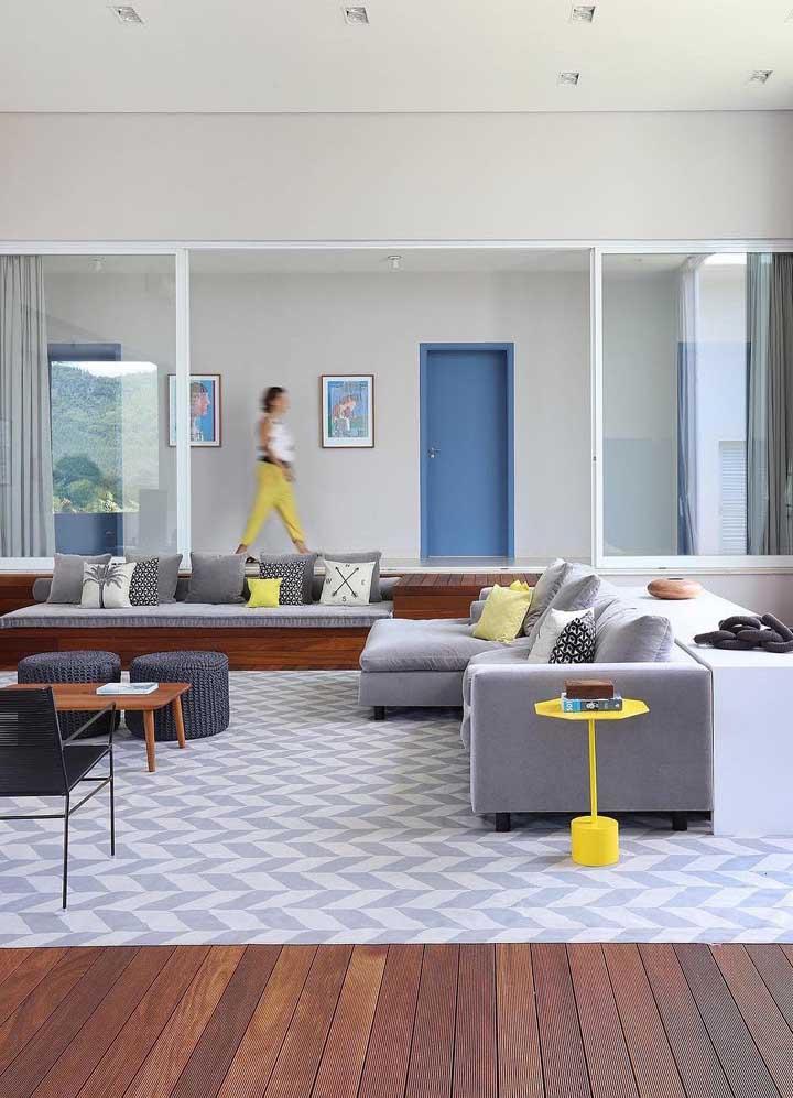 Sala moderna com puff redondos
