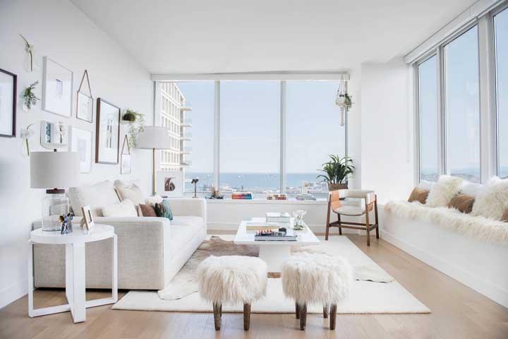 Nessa sala escandinava, os puffs conversam diretamente com as almofadas do sofá