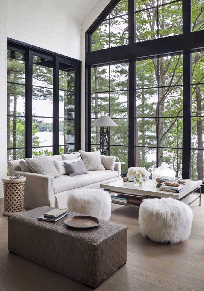 Os puffs redondos de pelúcia trazem um conforto extra a sala de estar