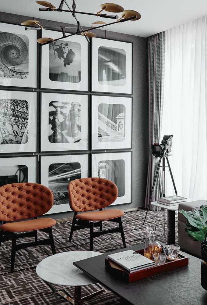 Nessa sala toda a parede foi revestida com quadros de fotografias em preto e branco