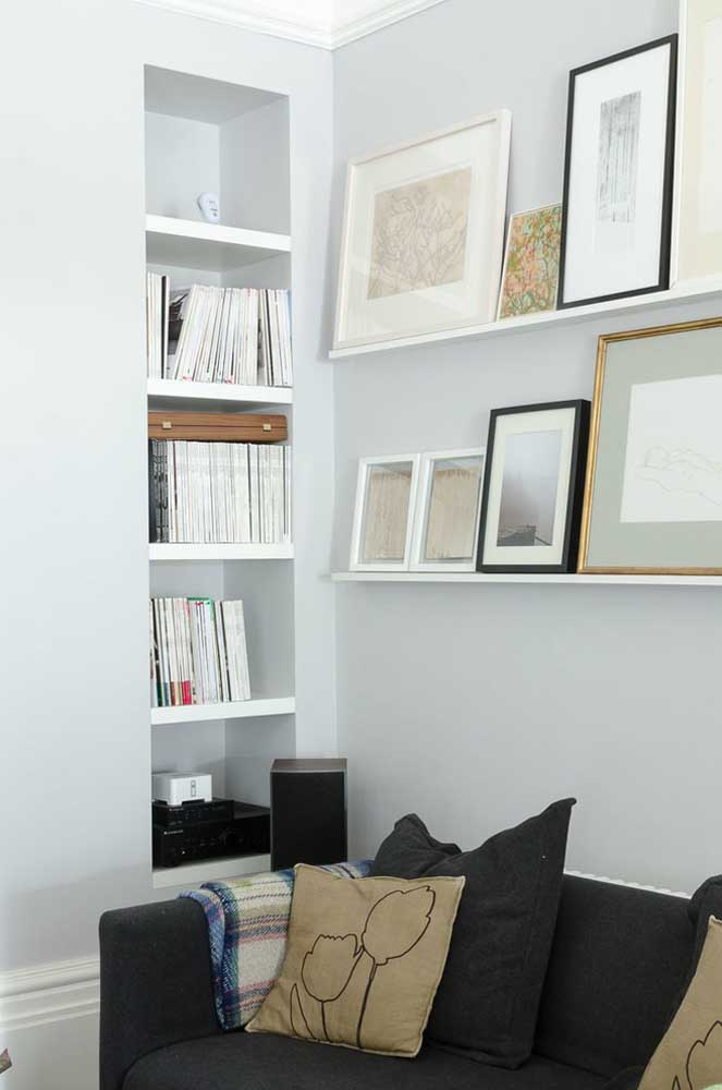 Nessa sala as prateleiras servem como base de sustentação para os vários quadros pequenos