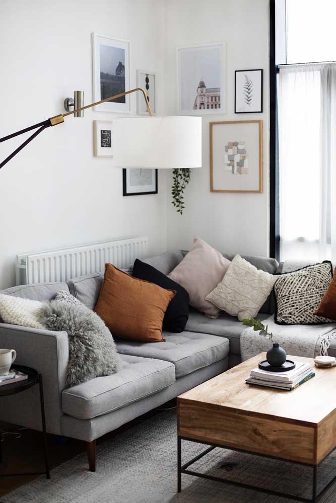 O canto dessa sala foi duplamente valorizado, primeiro pelo sofá e depois pelo conjunto de quadros