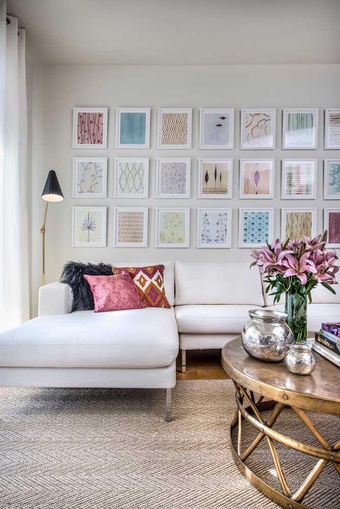 Uma parede repleta de pequenos quadros