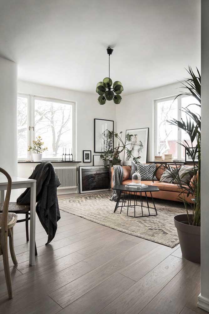 Sala de estilo industrial com quadros de moldura preta e fina