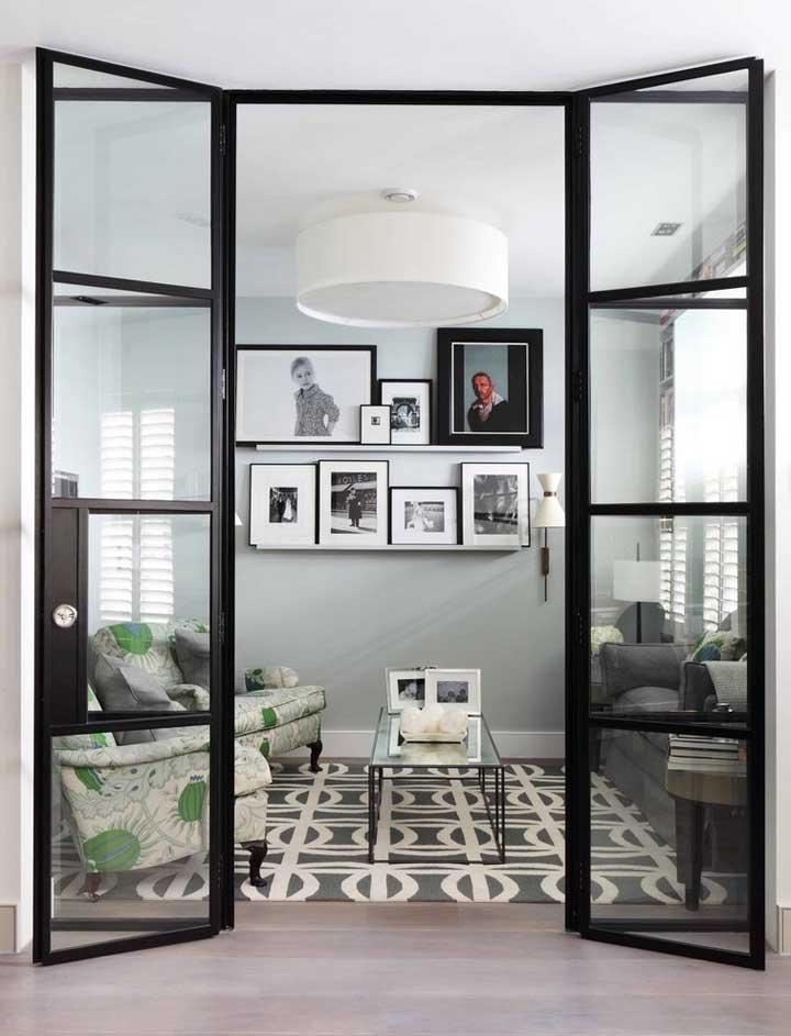 Conjunto de quadros para sala apoiados sobre a prateleira: solução moderna