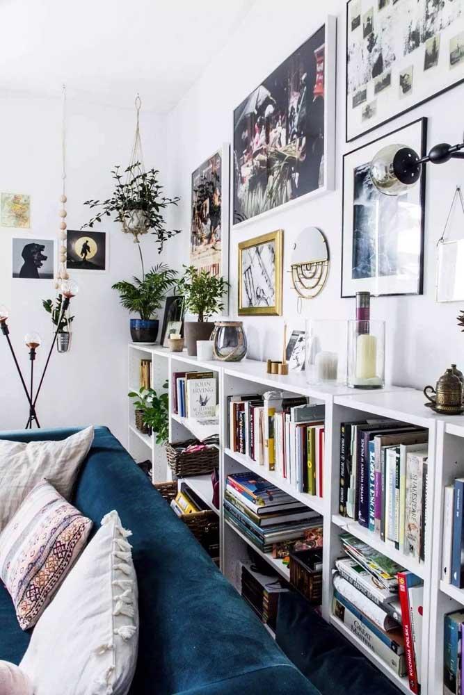 Quadros e livros: um cantinho artístico na sala