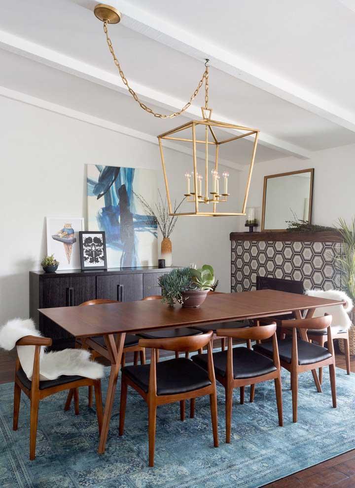 A sala de jantar também fica ótima com quadros e a sugestão aqui é usá-los sobre o buffet