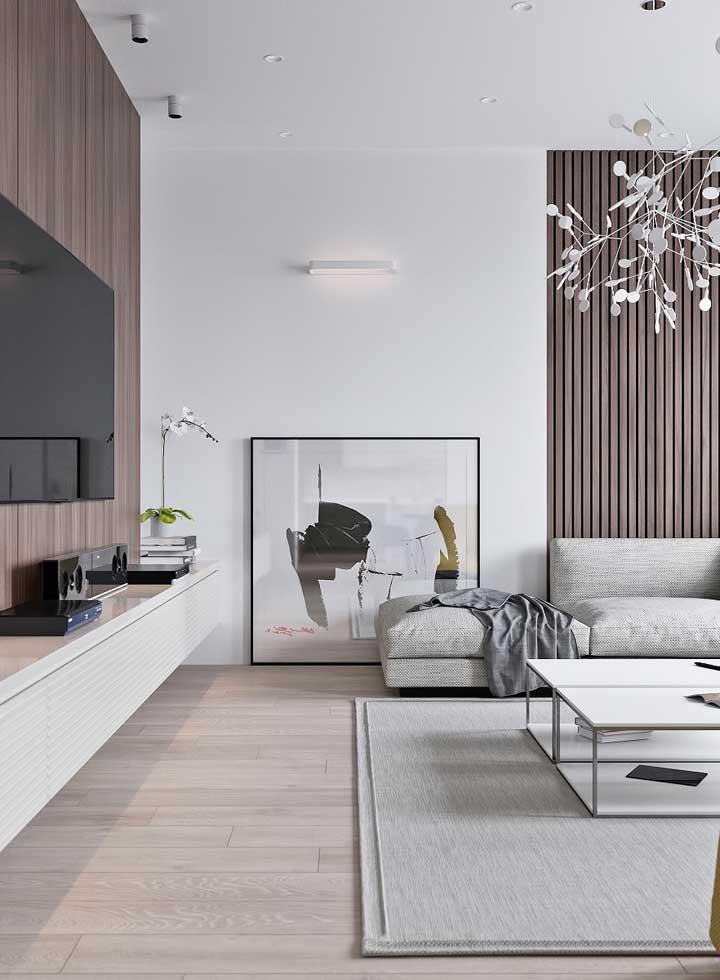 Os quadros para sala no chão tornam o ambiente mais despojado e descontraído