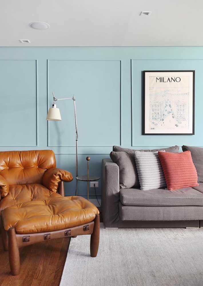 A clássica boisserie foi o lugar escolhido dessa sala para receber o quadro moderno