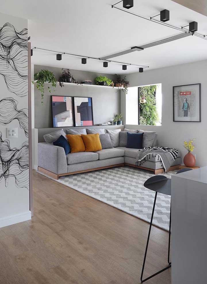 Atrás do sofá: o lugar mais tradicional para colocar um quadro