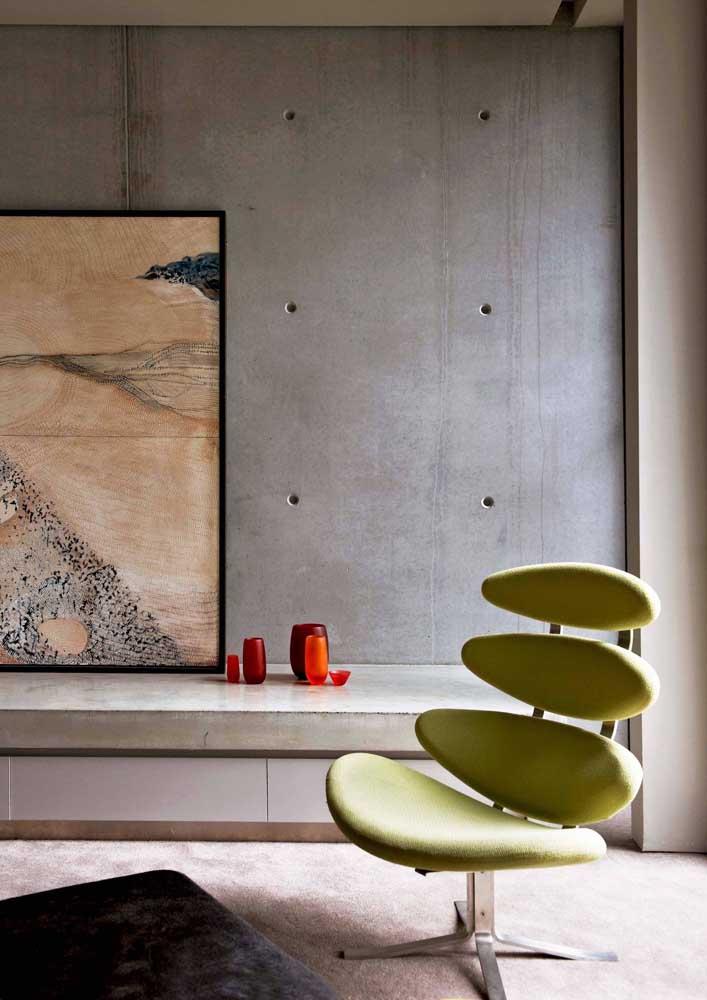 A parede de concreto aparente pede por um quadro de tema forte e moderno