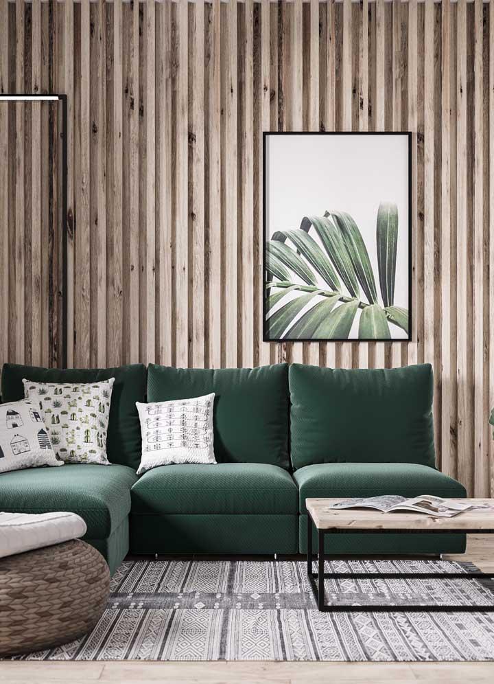 O quadro de folha verde combina com o sofá no mesmo tom