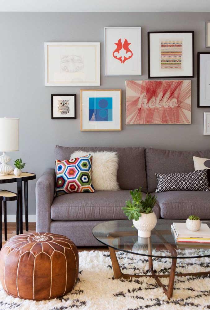 Muitas cores e temas diferentes estampam essa parede de sala moderna e pequena