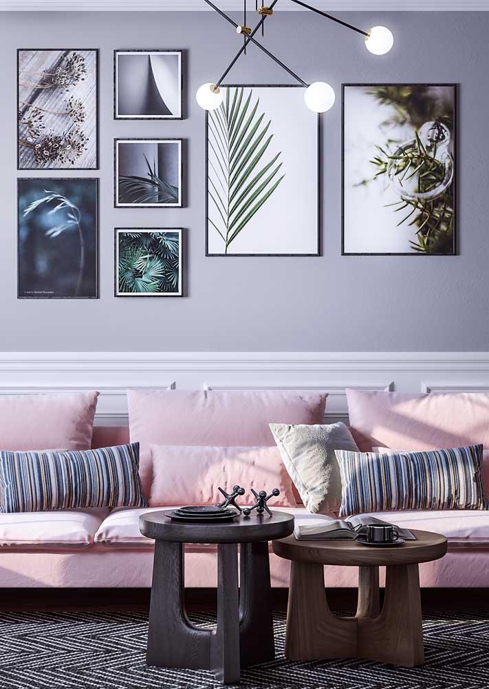 Composição moderna e simétrica de quadros na sala