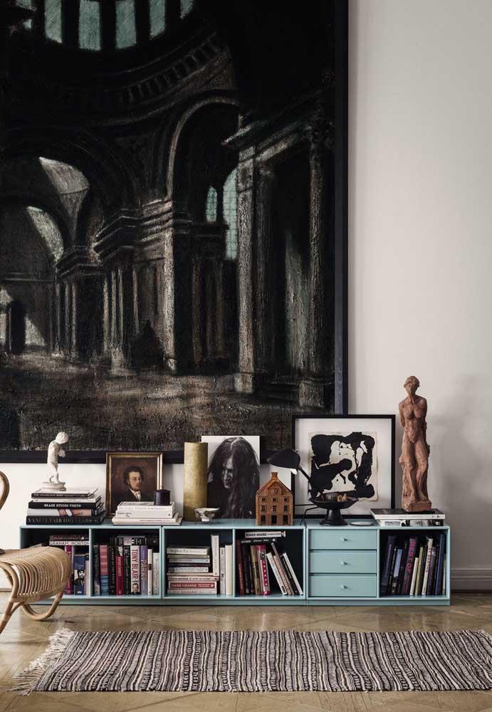 O quadro gigante na parede da sala serve também como pano de fundo para os menores que estão sobre o móvel