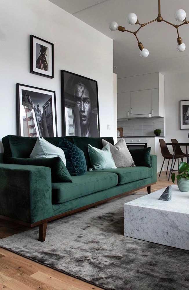 Nessa sala moderna, os quadros ficam parcialmente encobertos pelo sofá; uma alternativa ao modo tradicional de exposição