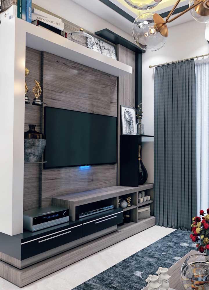 Sala planejada pequena com painel de madeira para TV