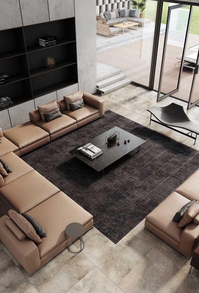 O sofá de canto é uma excelente pedida para montar uma sala planejada grande; o móvel preenche bem o espaço e torna o ambiente acolhedor