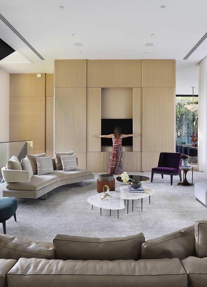 Essa sala de estar vira sala de TV sempre que você quiser, basta abrir e fechar o painel