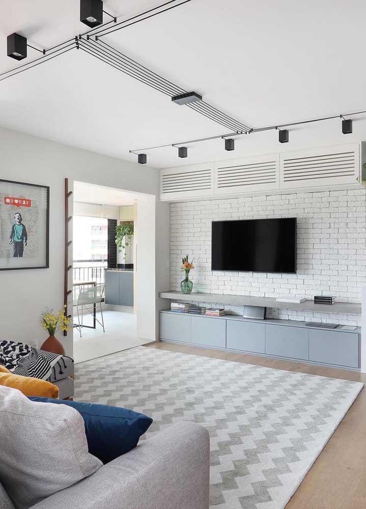 Cores suaves e texturas diferenciadas marcam a decoração dessa sala de estar planejada