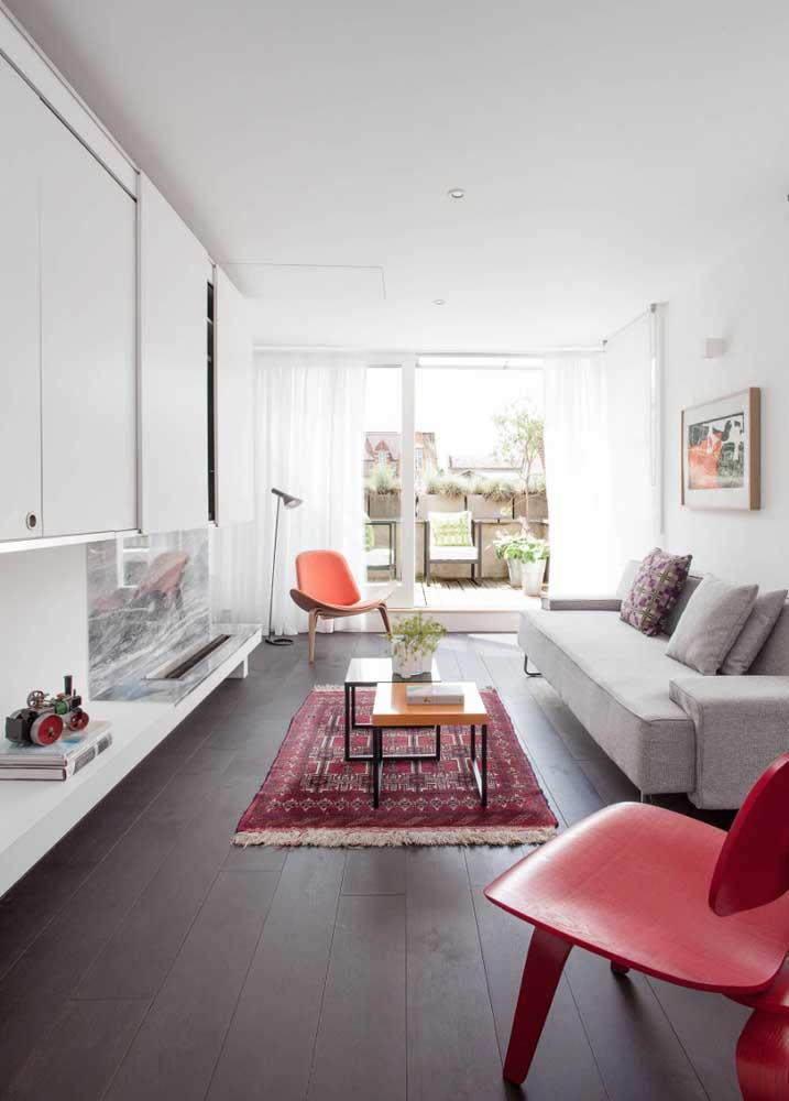 Aqui, as cores neutras cedem espaço para o tom vivo das cadeiras