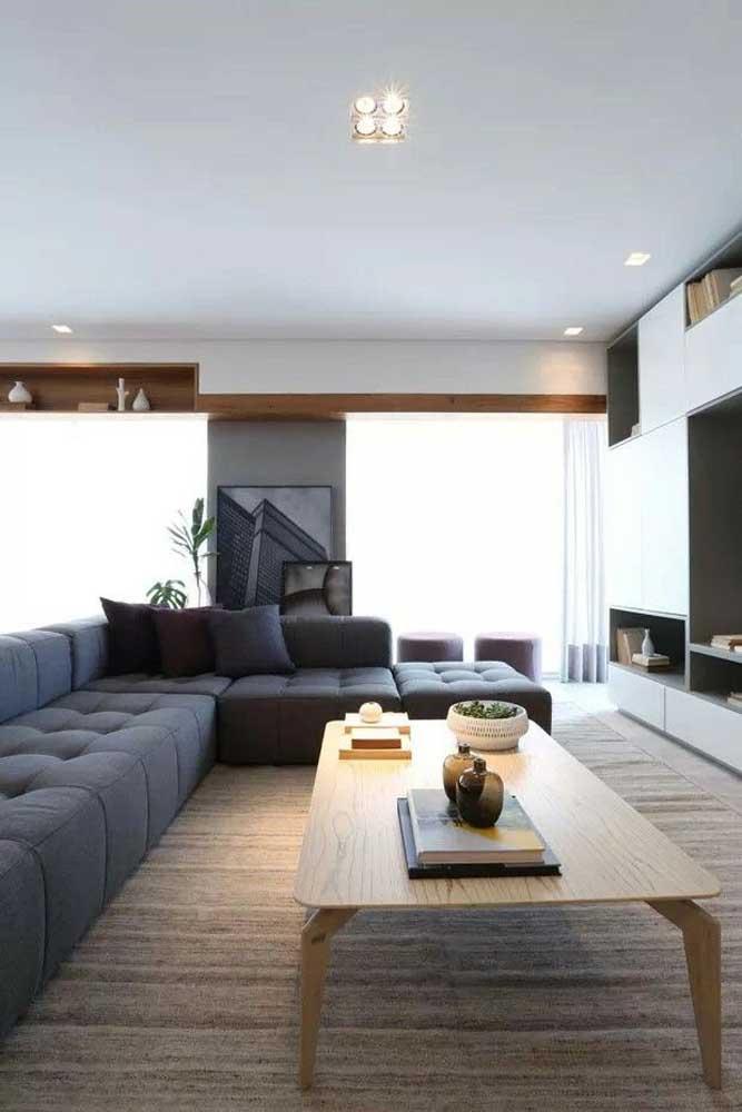 O sofá é o grande destaque da sala planejada; nessa aqui, o modelo escolhido foi um modulado de canto na cor cinza