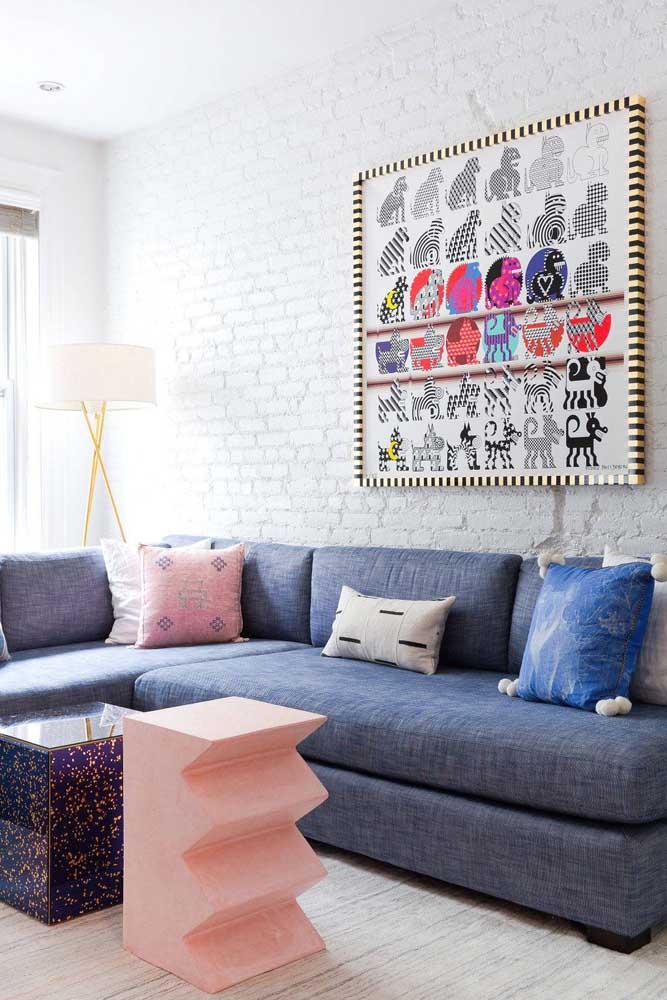 Para uma sala planejada moderna e descontraída aposte em moveis e objetos com formatos inusitados