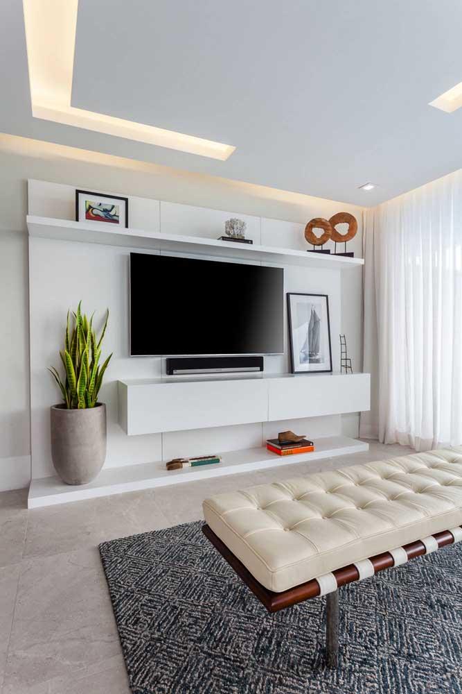 Painel planejado branco para a TV; um modelo atemporal que se encaixa em diferentes propostas de decoração