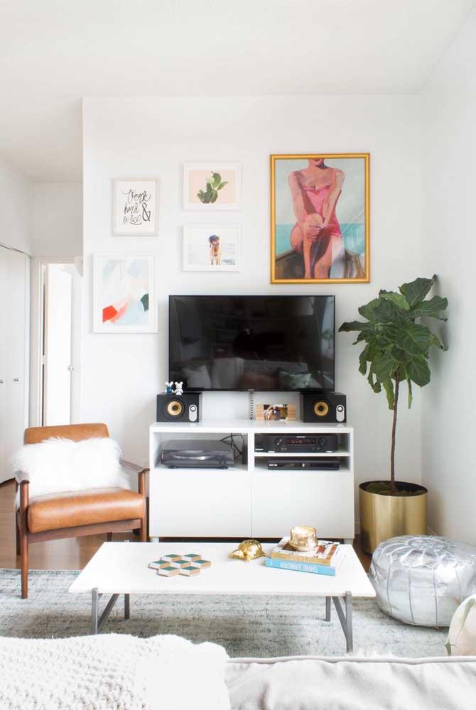 Sala planejada pequena, moderna, funcional e cheia de elementos retrôs