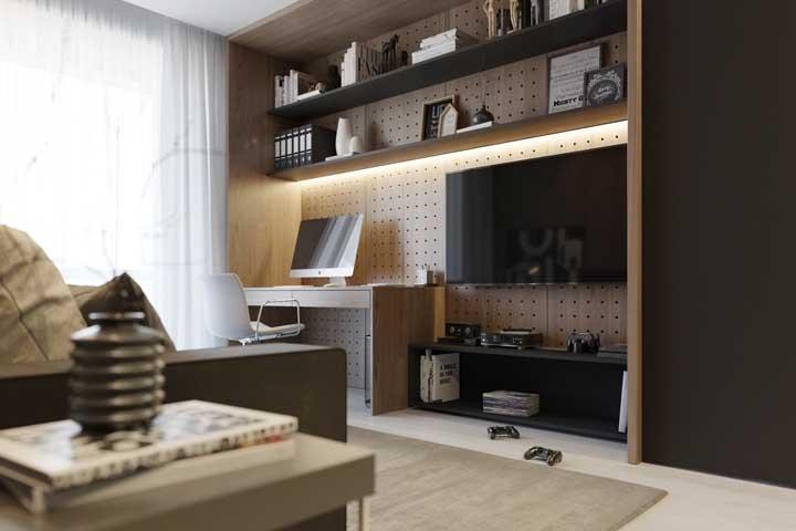 Nessa sala planejada, o painel serve tanto para acomodar a TV, quanto para o home office