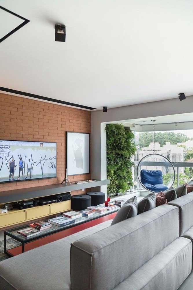 Parede de tijolinhos na parede principal da sala de estar planejada; toque rústico para o ambiente moderno e de influência industrial