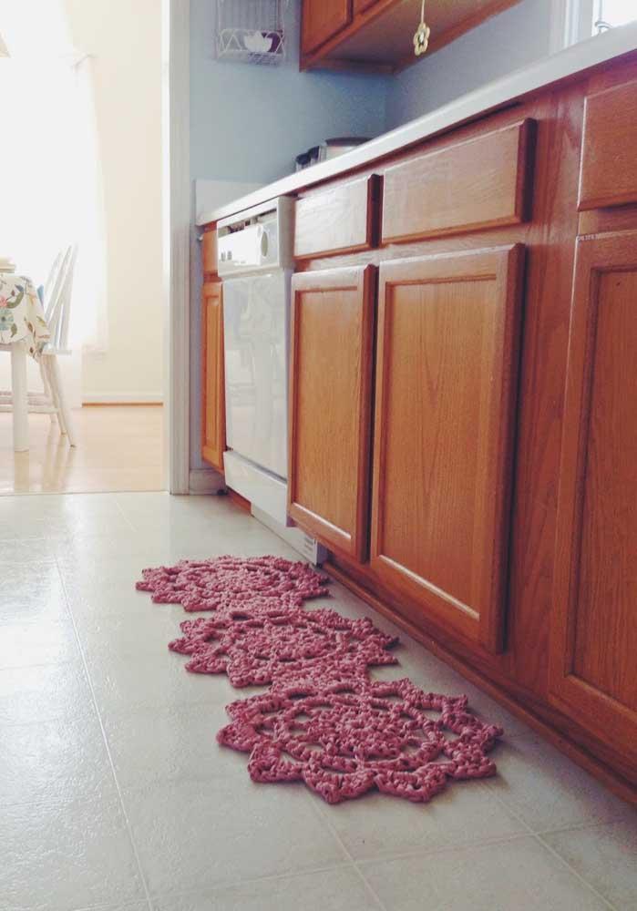 Que tal apostar em um tapete de crochê no formato de flores para colocar na sua cozinha?