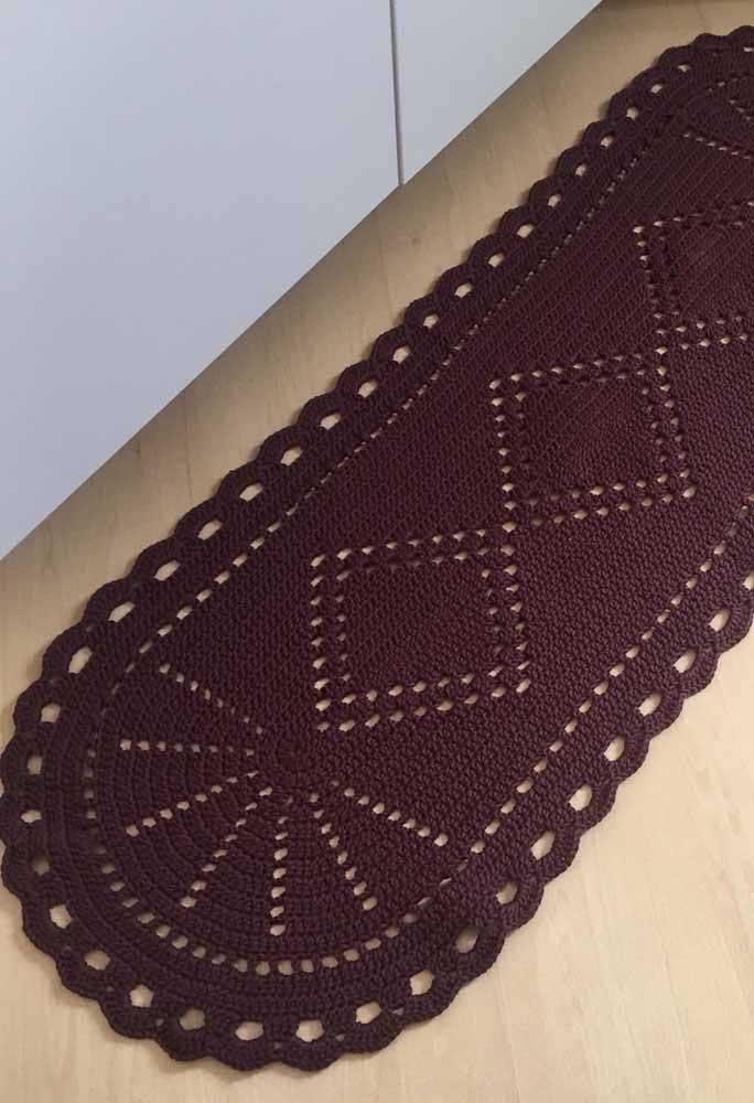 Se você não deseja errar na hora de escolher um tapete para a sua cozinha, pode apostar no material de crochê, usando o mesmo tom.