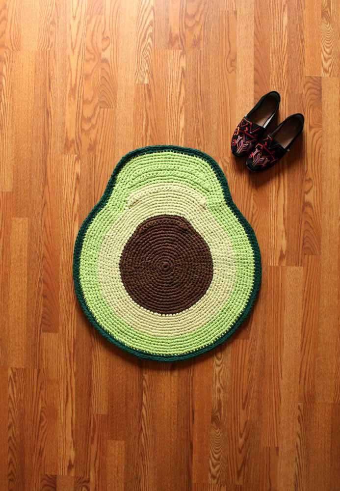 O que acha desse modelo de tapete de crochê no formato de abacate? Super combina com o piso de madeira.
