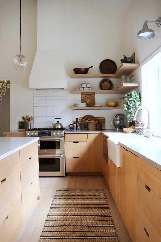 Olha a combinação perfeita entre tapete, móveis e piso dessa cozinha no estilo rústico.