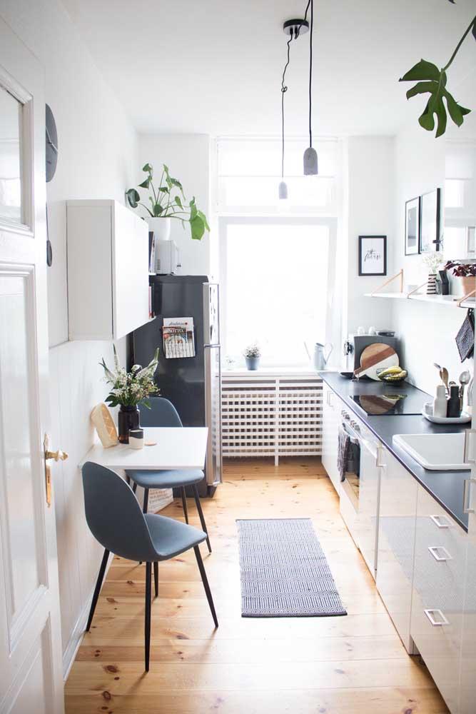 O mais indicado é escolher uma tapete de crochê que combine com as cores da decoração da cozinha.
