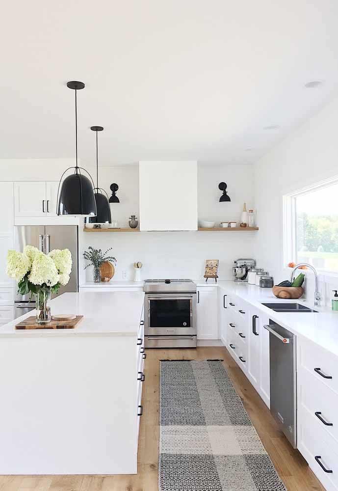 Para combinar com os eletrodomésticos da cozinha, que tal apostar em um tapete na cor cinza?