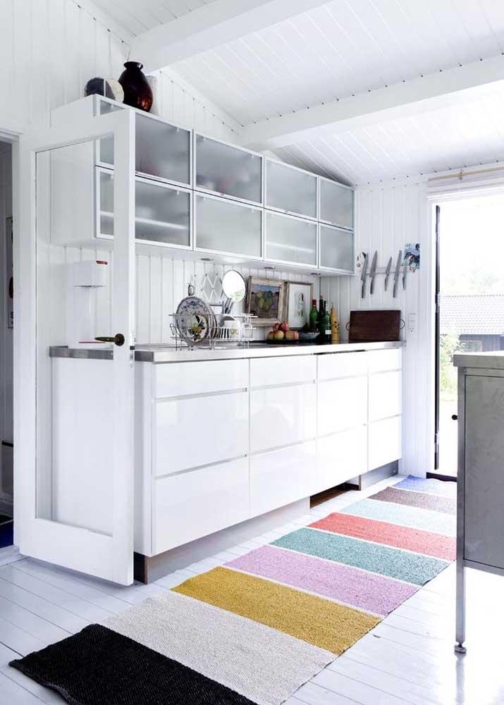 O que acha de fazer um tapete colorido para a sua cozinha? Vai deixar o ambiente cheio de charme.