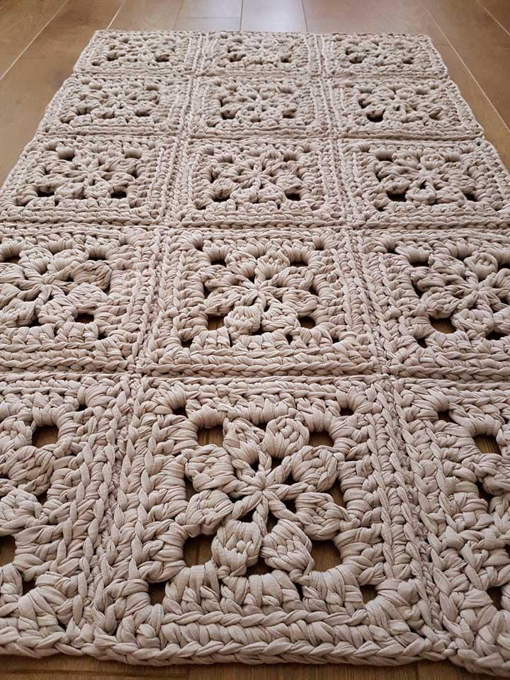 Você pode usar linhas de crochê mais grossas para fazer um tapete mais firme e resistente.