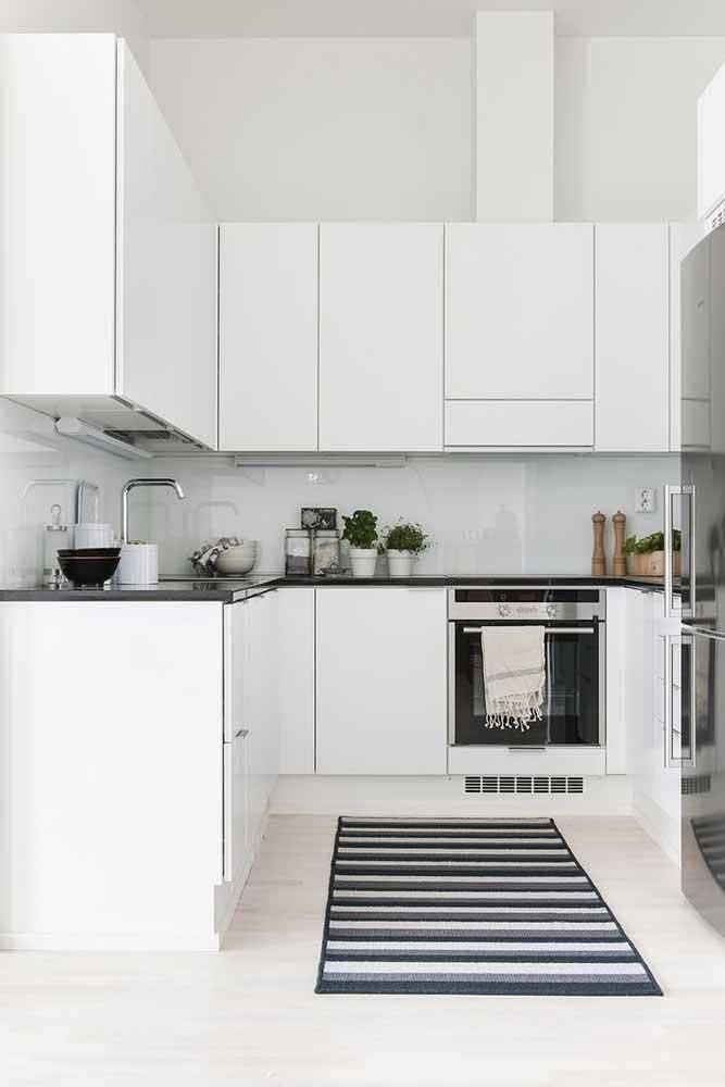 Deseja fazer uma decoração mais minimalista na sua cozinha? Não esqueça de escolher um tapete que siga o mesmo estilo.