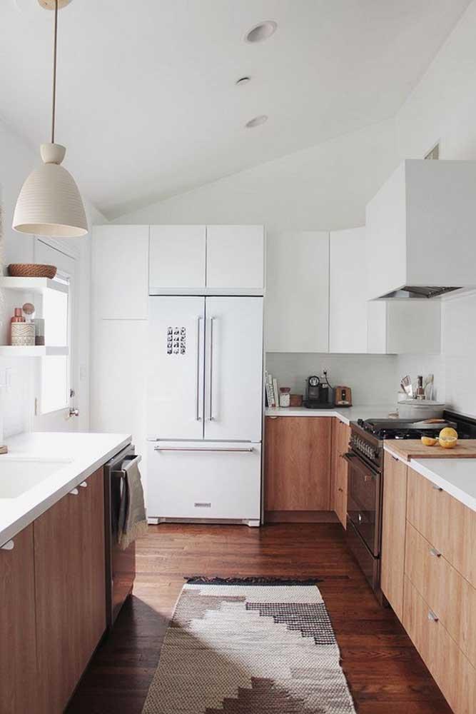 As cores mais neutras combinam perfeitamente com pisos de madeira mais escuro.