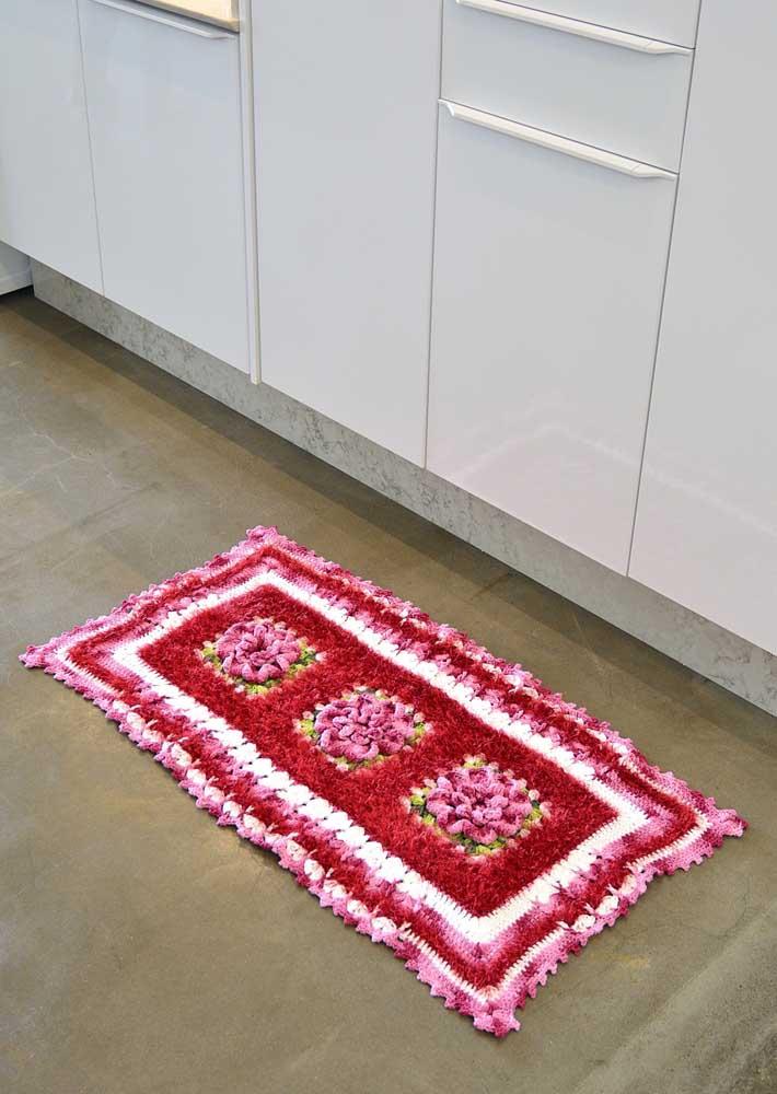 Os tapetes de crochê são feitos no tamanho de sua preferência. O que acha de escolher um modelo menor para colocar na cozinha?