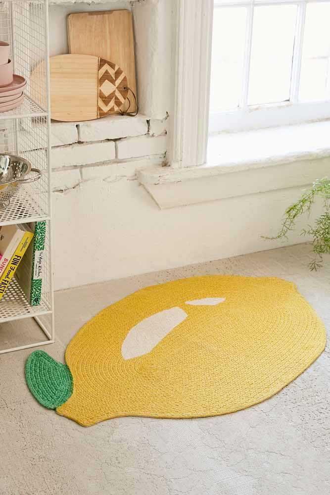 Mais um modelo de tapete de crochê que segue o formato de fruta e cai muito bem na decoração da cozinha.