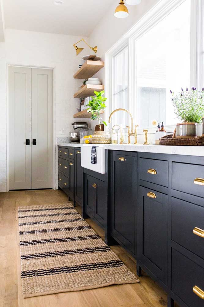 Olha que cozinha elegante e sofisticada. O modelo do tapete ajuda a compor o cenário.