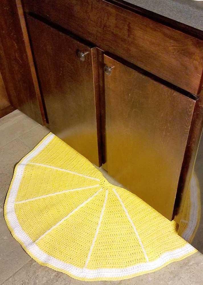 Ao invés de colocar o tapete de crochê na porta da cozinha, você pode deixá-lo na direção do armário.